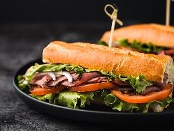 Сандвичи с франзела, телешко филе, домат и маруля - снимка на рецептата